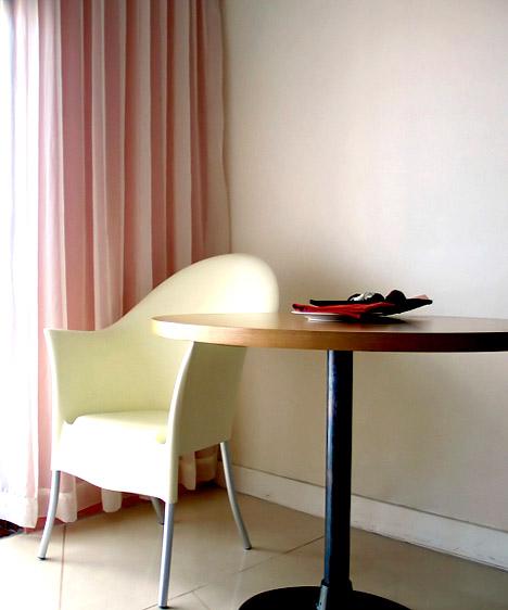 Rózsaszín  Elég, ha egyetlen kiegészítőn jelenik meg, a rózsaszín így is képes finom, nőies, bájos hangulatot teremteni. Ugyanakkor világos, letisztult kiegészítőkkel egy modern, stílusos és elegáns szobában is helye van.