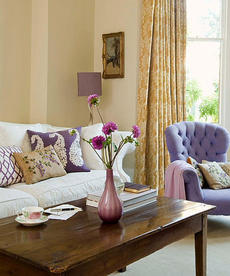 OrgonaA lila egy visszafogottabb árnyalatát nagy, összefüggő felületre, például egy egész falra talán soknak érzed, de, ha kiegészítőkön jelenik meg, könnyed, romantikus és finoman nőies hangulatot teremt a nappaliban. Ha a szoba többi színe semleges, például drapp árnyalatú, könnyebben érvényesül a lágy orgona.