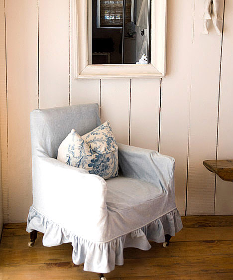 Fehér  A fehér a tisztaság, a nyugalom, a frissesség színe, emellett egyik legfontosabb tulajdonsága, hogy tágasabbá, világosabbá, levegősebbé teszi a lakást. Túl steril sem lesz tőle otthonod, élénk, neonszínű kiegészítőkkel például nagyon modern hangulatot teremthetsz, míg pasztellárnyalatokkal kombinálva kiváló alapot ad a vidékies, rusztikus stílusnak.  Kapcsolódó cikk: 3 tértágító trükk garzonba, amit a profik is használnak »