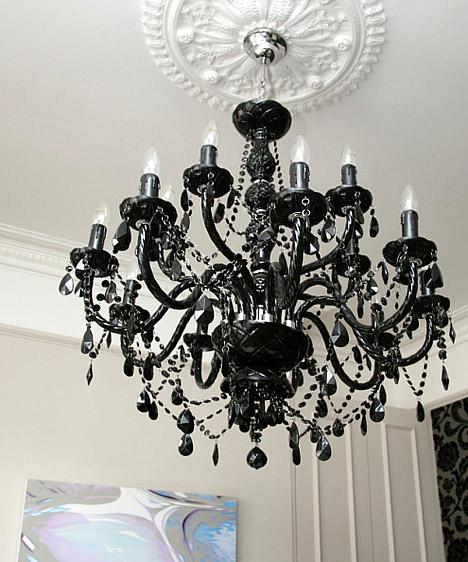 Fekete  Nagy, összefüggő felületeken a fekete komor benyomást kelthet, egy különleges kiegészítőn azonban komoly, modern és nagyon elegáns hangulatot kölcsönöz a szobának.