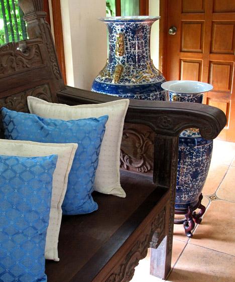 Kék  A kék finom, elegáns, hűvös és tiszta szín. Ha ódzkodsz a narancs árnyalataitól, de kedveled a keleti lakberendezési stílust, használd a kék színt barnával kombinálva. A barna egyébként is jó választás lehet a kék mellé, hiszen melegebbé teszi a hideg színt, de nem oltja ki a kék életteli energiáját.