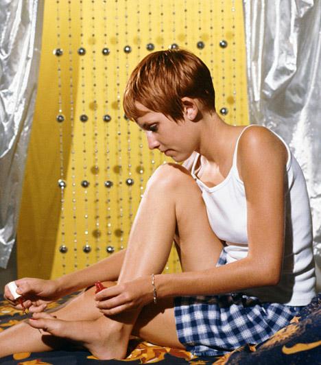 OkkersárgaA sárgának ez az árnyalata egyszerre varázsol mediterrán, mégis modern hangulatot a szobába. Jól mutatnak mellette a természetes anyagok, például a fa, de a szépen megmunkált kovácsolt vas vagy acél bútorokat is jól párosíthatod hozzá, akárcsak a csillogó textíliák..