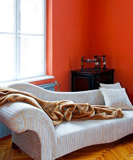 Terrakotta  Pezsgő, életteli, vidám, mediterrán hangulat. A meleg terrakotta akkor illik a nappaliba, ha valóban ez a ház központja, itt zajlanak a legfontosabb események, itt fogadjátok a barátaitokat, itt beszélitek meg a mindennapi dolgokat. A terrakottához jól illenek a természetes anyagok és a természetes színek, a harsány árnyalatok azonban túlságosan rikítóvá tennék a szobát.