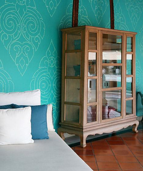 Türkiz  A kék és a zöld közötti nagyon élénk, nagyon friss szín pezsgővé és élettelivé teszi a szobát, ám az mégis alkalmas lesz a pihenésre, relaxálásra. A türkiz nagyon különleges, ugyanakkor nagyon erős szín, ezért, ha ezt választod a falakra, csakis semleges színeket használj a szoba többi részén.