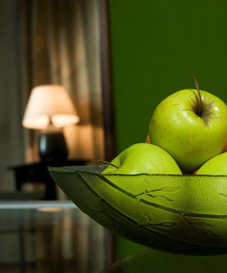 Zöld  A színterapeuták és a lakberendezők is szívesen használják a nyugtató, frissítő zöldet. Bármelyik árnyalatát választod is, otthonos és üdítő hangulatot kölcsönzöl vele a szobának. Ha serkentő, pezsdítő színösszeállítást szeretnél, válassz kék vagy pink kiegészítőket, míg a barna társításával nyugodt, pihentető, mégis inspiráló légkört teremthetsz.