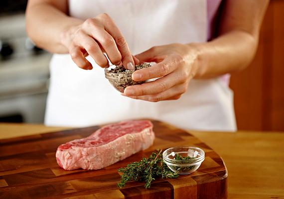 A vágódeszkát könnyen megtisztíthatod, ha átdörzsölöd egy kanál szódabikarbóna, egy kanál só és egy kanál víz keverékével.