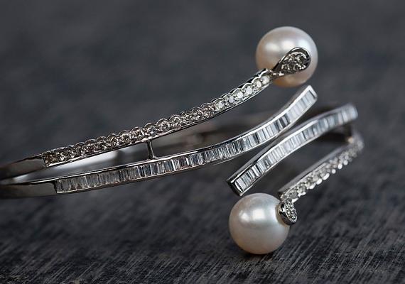 Ha szódabikarbónával dörzsölöd át, fényessé teheted az ezüst ékszereket.