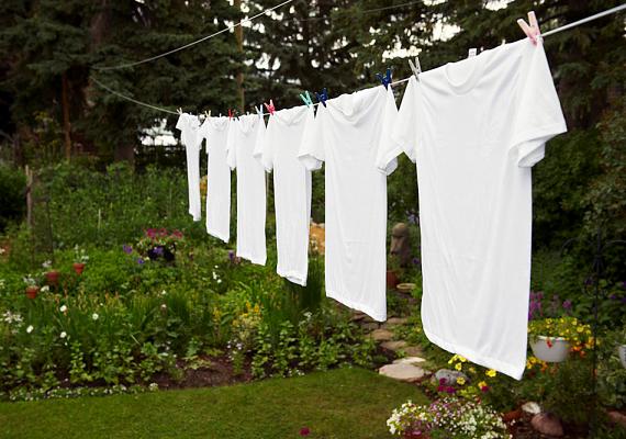 A fehér ruhák vakítóak lesznek, ha mosás előtt fél órára langyos víz és egy-két evőkanál szódabikarbóna keverékébe áztatod őket.