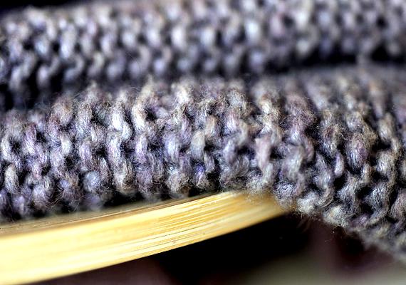 A gyapjú és a selyem anyagokból kiveszi az izzadságfoltot, ha egy két evőkanál szódabikarbónával kevert, langyos vízbe áztatod őket mosás előtt.
