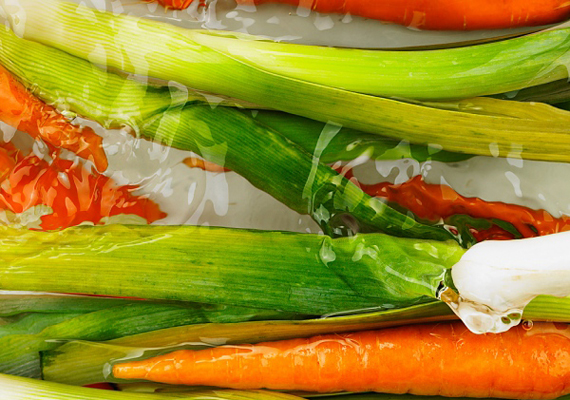 Ha egy tál vízhez két-három evőkanál szódabikarbónát adsz, minden vegyi szennyeződést lemoshatsz a zöldségekről, gyümölcsökről.