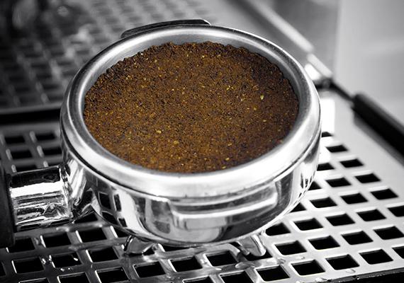 A megmaradt kávézacc is jót tesz a növényeknek, tele van például olyan tápanyaggal, mely kiváló a savkedvelő növények számára. Ilyen például a rózsa, de a muskátli is több virágot hoz majd, ha öntözővizébe időnként kávézaccot teszel. Még több kávézaccos praktikáért kattints ide!