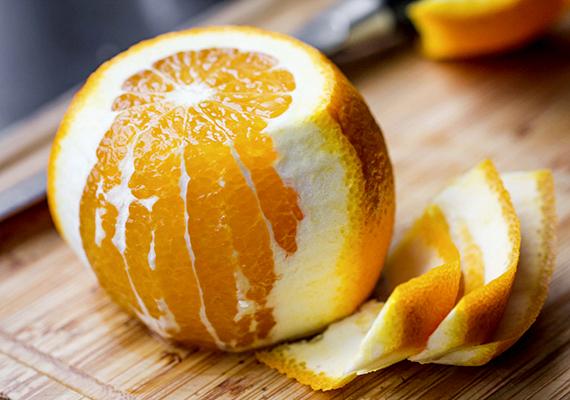 Értékes tápanyagokkal láthatod a szobanövényeket azzal is, ha a földjükbe egy kevés narancshéjat teszel.