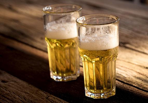 A zöld növények leveleit érdemes állott sörbe mártott vattapamaccsal letörölnöd, ami fényessé és egészségessé teszi őket, a már szénsavmentes sört emellett a növények földjére is öntheted, a benne található anyagok ugyanis gazdag táplálékforrást jelentenek számukra. Kattints ide, ha többet is megtudnál a témáról!