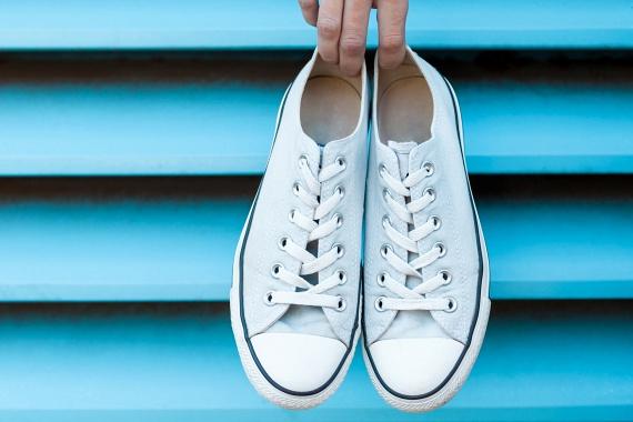 Hasonló módszerrel a nyári cipőket is szagtalaníthatod segítségével: szórd be a belsejüket szódabikarbónával, majd másnap ütögesd ki belőlük.
