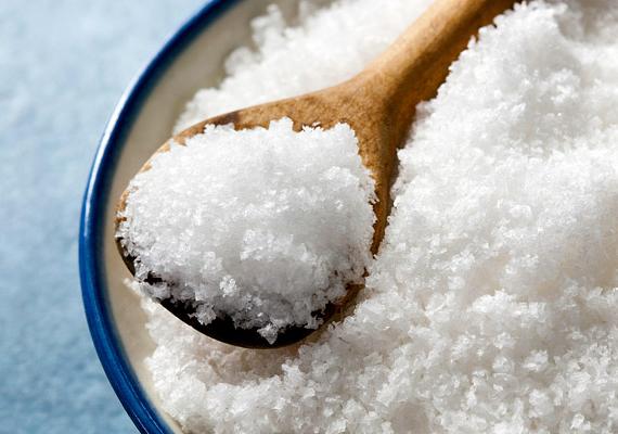 A só a zsírfoltok ellen is hatékony, de a vörösborfoltnak is közismert ellenszere. Szórd be vele a foltot, dörzsöld meg kicsit, majd hagyd hatni. Utána itasd vagy porszívózd fel alaposan.