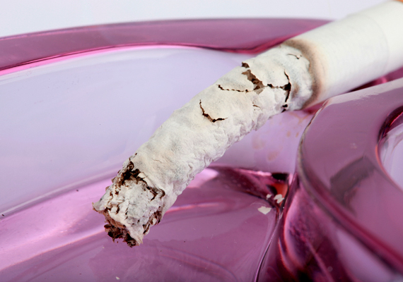 Ugyanez igaz a dohányzásra is: ha nem dohányzó albérlőt keresett a tulaj, tartsd is magad ehhez, és lehetőleg ismerőseid se dohányozzanak a lakásban. Ha rendszeresen füstös a lakás, arra a főbérlő is felfigyel majd.
