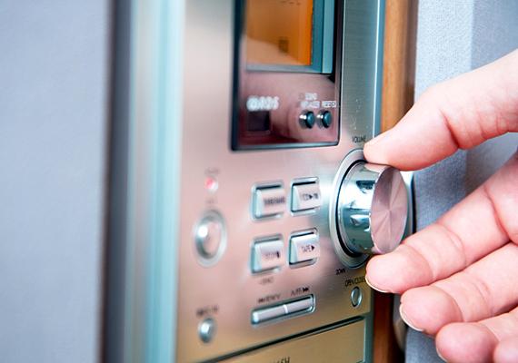 Amennyiben nem családi házat bérelsz, fontos, hogy betartsd a lakóközösség nyugalmát szolgáló szabályokat. Ne hangoskodj, és csak azon időszakon belül használj zajos háztartási gépeket, amit a házirend előír. Ha a lakók panaszkodnak rád, a főbérlő sem lesz sokkal türelmesebb.