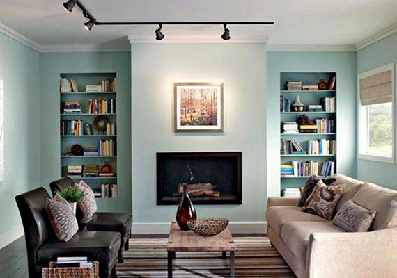 Ha nem tudsz a szobába kellő mennyiségű természetes fényt juttatni, illetve sötétedés után lámpák alkalmazásával is világosabbá és tágasabbá teheted a helyiséget. Érdemes irányított fényt használni - ahogy a képen is látható -, illetve bevilágítani a sötétebb sarkokat és a falakat, persze célszerű energiatakarékos, például LED-es fényforrásokat használni.