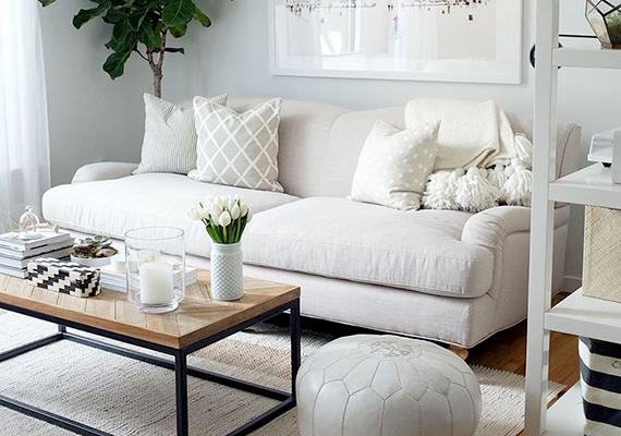 Kis helyiség esetén a legalapvetőbb szabály, ha azt tágasabbnak szeretnéd láttatni, a világos színek alkalmazása. A fehér, illetve más halvány árnyalatok kitágítják a szobát, emellett felerősítik a természetes fény hatásait is. A dekorációk és lakáskiegészítők terén is figyelj arra, hogy hasonlóan világos árnyalatokat használj, hogy ne törd meg a hatást.