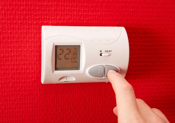 A hőtartás kiemelten fontos a fűtésszámla szempontjából, ezt azonban nemcsak korszerű szabályozástechnikával lehet megvalósítani, de akár egy kis odafigyeléssel is: ha például nem tekered le állandóan a fűtést, többet spórolhatsz, mint akkor, ha újra és újra lehűtöd a lakást, az újbóli felmelegítés ugyanis jóval több energiát emészt fel, mivel ilyenkor nemcsak a levegőt, de például a bútorokat és a falakat is újra fel kell fűteni. A részletekről, illetve, hogy mindezt hogyan valósíthatod meg, ide kattintva olvashatsz bővebben.