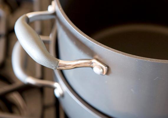 Akkor is alkalmazhatod a zaccot, ha az edények túlságosan bevették a bennük tárolt ételek szagát. Töltsd fel őket vízzel, majd szórj bele zaccot, és hagyd állni kicsit.