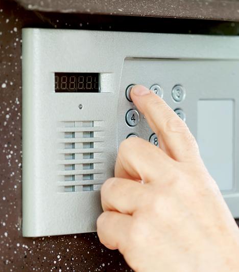 A biztonság elhanyagolása  Bármilyen jó is a szíved, ha olyanok csengetnek fel hozzád a kaputelefonon, akiket nem ismersz, ne engedd be őket: a szolgáltatóknak és a postásnak általában külön kódja van, a betörők azonban előszeretettel alkalmazzák előbbi módszert arra, hogy feltérképezzék a házat, majd besurranjanak.  Kapcsolódó cikk: Piszkos módszerek, melyekkel a betörők dolgoznak »
