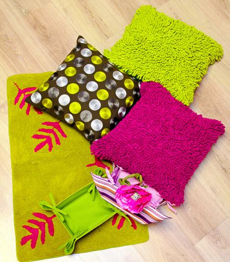 Színes textilek  A legegyszerűbb módja, hogy tavaszi hangulatot teremts, ha veszel néhány élénk, vidám színű textíliát, például egy darabka szőnyeget vagy néhány huzatot a kanapé párnáira. Nyugodtan légy merész, ha csak kiegészítőkön jelennek meg, a rikító fűzöld vagy a fukszia sem lesz bántó, viszont a szobába csempészik a tavaszi virágok hangulatát.  Kapcsolódó cikk: Nevetséges lakberendezési stílusok »