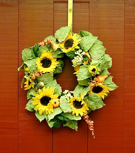 Virágkoszorú az ajtón  A friss virágból vagy élethű művirágokból készült ajtókoszorú rögtön hívogatóbbá teszi a lakást a vendégek előtt, de téged is minden hazaérkezéskor jókedvre derít majd. Saját magad is elkészítheted, de egy-két ezer forintért nagyobb lakberendezési áruházakban vagy akár barkácsboltokban is beszerezheted. Persze az ajtódísz csak akkor igazán hatásos, ha egy tavaszi hangulatba öltözött lakást rejt.