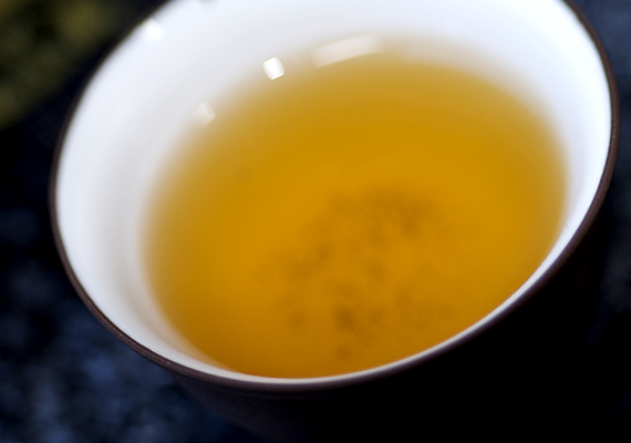 A rovarokat is távol tarthatod a tea segítségével, például a poratkákat és a szúnyogokat is. Utóbbiak ellen tegyél ki egy csésze teát az adott helyiségben, az előbbiek által érintett helyeket pedig töröld át teával, így elkerülik majd. Kattints ide, és ismerj meg még több természetes rovarűző módszert!