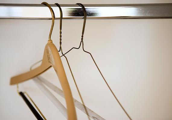 A szekrényekben megszüntetheted a kellemetlen, dohos szagot, ha két-három kiszárított teafiltert akasztasz a ruhák közé.