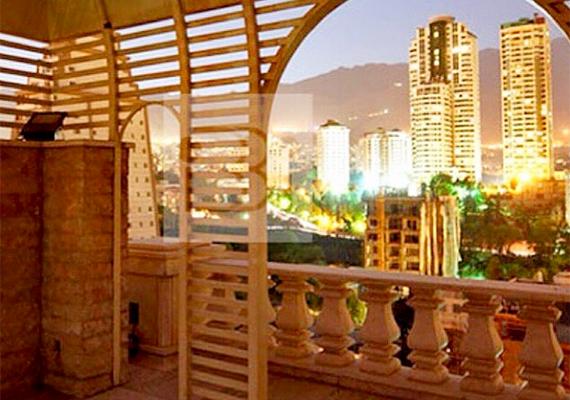 Kilátás egy luxuslakosztály teraszáról.