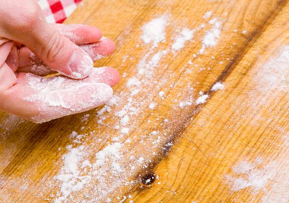 Szintén régi módszert jelent a sütőpor alkalmazása, bár nem túl kíméletes. Keverj össze sütőport és cukrot, majd tedd a csótányok, illetve hangyák búvóhelyének közelébe. Ha megeszik, felfúvódnak és elpusztulnak.