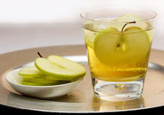 Az almaecet feloldja a szennyeződéseket, a tűzhely tisztításához kifejezetten ajánlott.