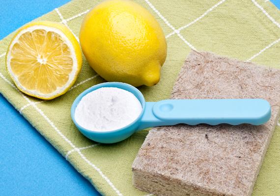 A mosószóda hatékonyan oldja a zsírt és a vízkövet, de a WC fertőtlenítésére is használhatod. Szórófejes flakonba töltsd bele egy liter forró víz és három evőkanál mosószóda keverékét.