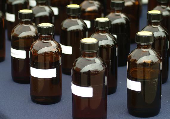 A gyógyszertárban kapható tiszta alkohollal bármilyen szennyeződéssel leszámolhatsz. A legjobb, ha egy decit felhígítasz egy kis vízzel, és szórófejes flakonba töltöd.