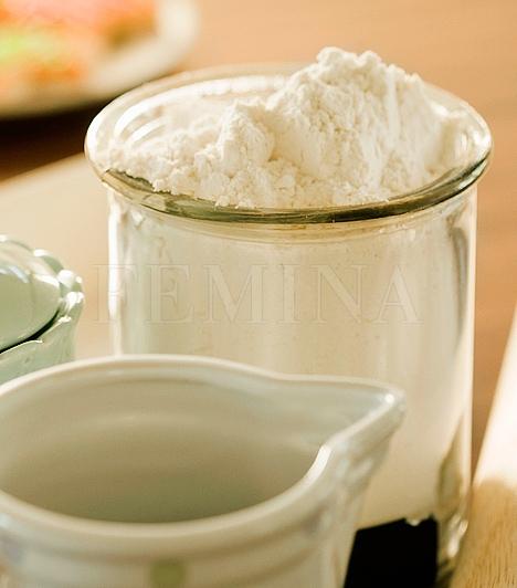 Sütőpor  A sütőpor a konyhai tisztítószerek egyik nagyágyúja: nem csak ruhafehérítésre, de penészirtásra, vízkőpucolásra és szagtalanításra is használhatod, de még a sütőre vagy a főzőlapra égett zsíros szennyeződéseket is eltávolítja. Ha még erősebbé szeretnéd tenni, keverd ecettel.  Kapcsolódó cikk: 50 forintos csodaszer szagok, vízkő és penész ellen »
