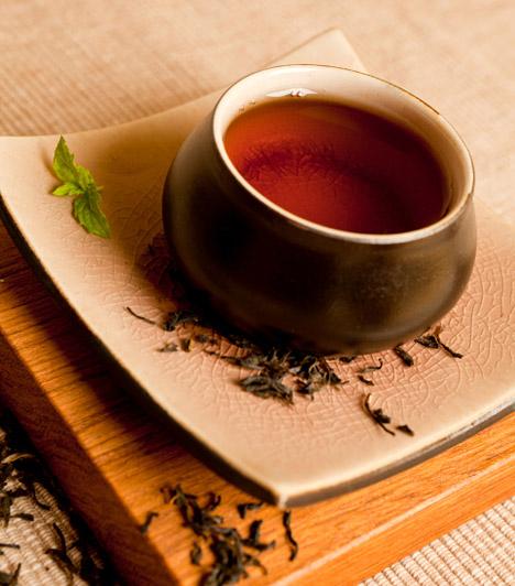 Tealevél  A kifakult, poros, régi szőnyeget pillanatok alatt új életre keltheted, ha nedves, de nem vizes tealevelekkel borítod be, majd kis idő elteltével összeporszívózod őket. A teafilter nemcsak a port szedi össze maradéktalanul, de a színeket is felfrissíti.  Kapcsolódó cikk: Így varázsold újjá a benyomódott, foltos, kopott szőnyeget »