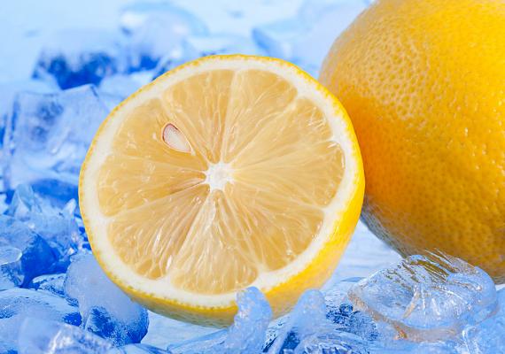 A citrom a benne található savnak köszönhetően segít feloldani a zsíros szennyeződéseket. Ha kíváncsi vagy, még mire és hogyan használhatod, kattints ide!