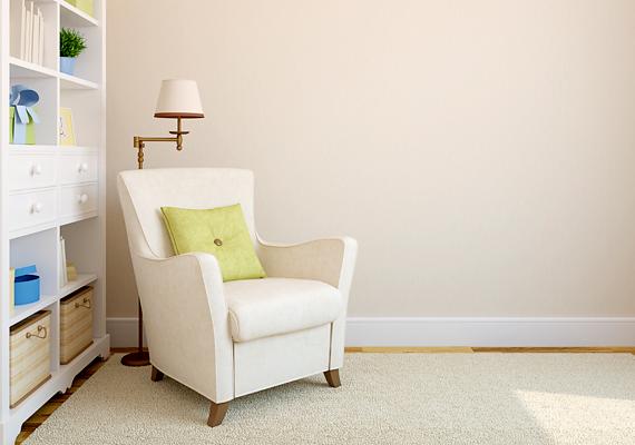 A falak színével harmonizáló bútorok is növelik optikailag a teret. Ha festést tervezel, válassz halvány pasztellszíneket, akár tavaszi árnyalatokban: világoszöldben vagy a napfény színeiben, halványsárgában és barackszínben.