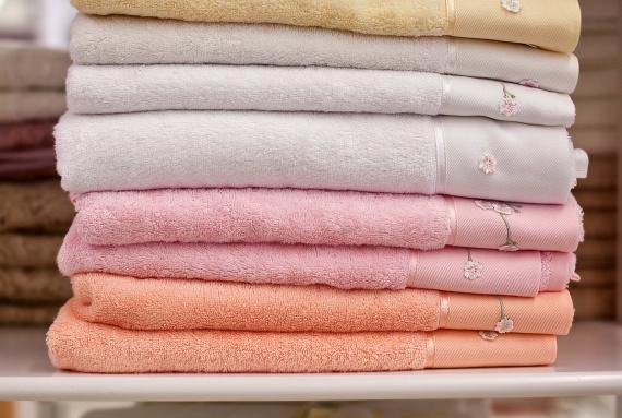 A már többször is említett nedves, párás közeg remek táptalajt nyújt a penészgombáknak, melyek könnyen megtelepedhetnek a textíliákon, így a használaton kívüli törölközőket lehetőleg ne tárold a fürdőszobában.