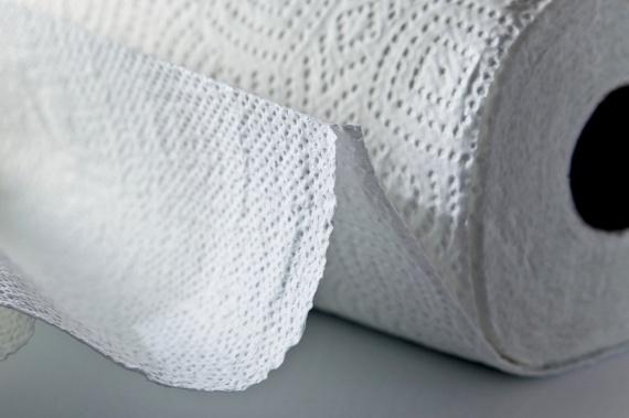 Korábban írtunk már arról, hogy sokan előszeretettel dobják a papír törlőkendőt a WC-be, holott ez számos tulajdonságában különbözik a WC-papírtól, még ha külsőleg hasonlít is rá. Mivel komoly mennyiségű nedvességet képes felszívni, ugyanakkor nem foszlik szét egykönnyen, gyorsan dugulást okozhat. Erről szóló cikkünket ide kattintva érheted el.