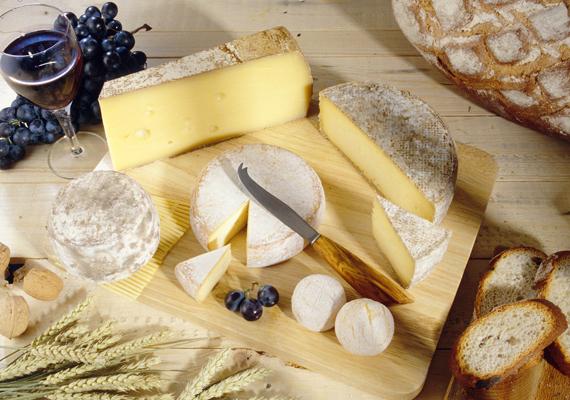 A sajtok szintén íztelenné válnak, ha hideg éri őket. Ezért bármilyen finomságot vásárolsz - még a klasszikus trappistát is -, érdemes egy fatálra helyezni, és letakarva a hűtőn kívül tárolni, hogy addig is, míg elfogy, tovább érlelődjön.