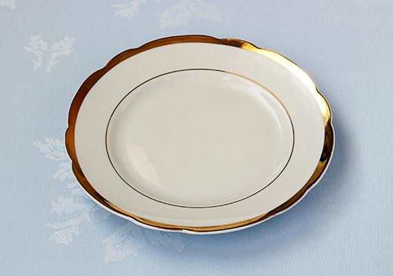 Szintén fontos tudni, hogy tilos olyan tányért, csészét tenni a mikróba, melynek például aranyozott - vagy legyen szó bármilyen fémes anyagról - szegélye és díszítése van.