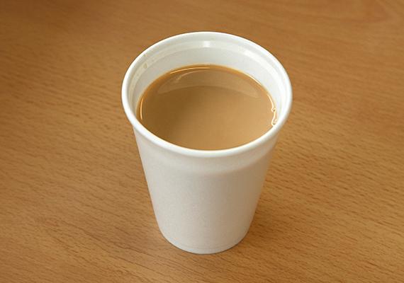 Egyszerűbb, vékonyabb, egyszer használatos műanyag poharakat, tányérokat semmiképpen se használj a mikróban. Ugyanez igaz a joghurtospoharakra, illetve az ételek házhoz szállítására alkalmas hungarocell dobozokra is.