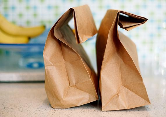 Soha ne tedd az ételt a mikróba papír- vagy műanyag zacskóban.