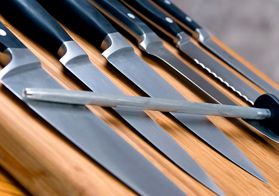 A jó, éles késeket nem célszerű betenni a mosogatógépbe, ugyanis gyorsabban válhatnak tompává. Mosd el inkább kézzel ezeket, de ügyelj arra, hogy alaposan töröld át őket, és ne hagyd a szárogatón megszáradni.