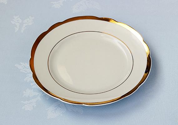 Arany- vagy ezüstszegélyes, illetve hasonló módon dekorált tányérokat, tálakat ne tegyél a mosogatógépbe, ha szeretnéd eredeti állapotukban még sokáig megőrizni őket.