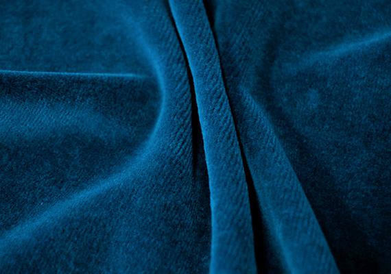 A bársonyt hagyományosan sosem szabad vasalni, nagyon könnyen tönkremehet ugyanis a hő, illetve a nyomás hatására. Ha mégis vasalni kell, azt csak nagyon óvatosan tedd, mindenképp a színével lefelé, illetve takard le vasalókendővel is - így járj el kordbársony anyagok esetében is. A legjobb azonban a tollpárnás módszer, melynek során egy fehér ruhát vagy vasalókendőt kell a párnára terítened, erre fektetned színével lefelé a bársonyt, azt újabb, nedves ruhával letakarnod, majd magasabb hőfokon, szinte nyomás nélkül átvasalnod. Ezután felakasztva szárítsd meg az anyagot.