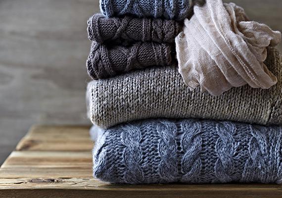 A gyapjúból készült ruhadarabokat érdemes kigőzölve, felakasztva kisimítani, ha azonban vasalni kell - amit igyekezz kerülni, ugyanis kifényesedhet tőle az anyag -, alkalmazz nedves vasalókendőt és alacsony hőfokot. Kasmírt lehetőleg semmiképp se vasalj.