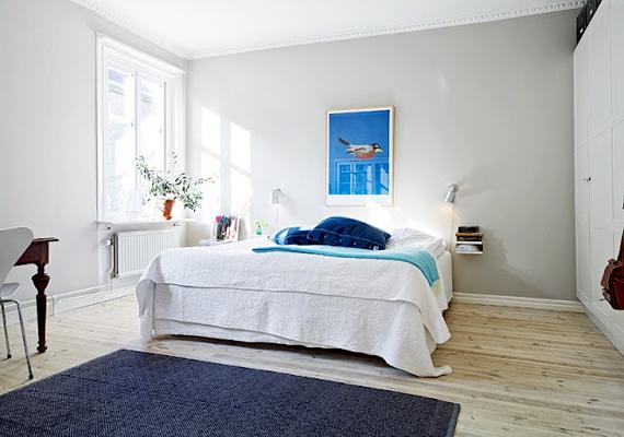 Nem új keletű tipp, hogy a fehér színnel tágasabbá varázsolható a tér, nem kell azonban ezt az egyetlen színt használnod. Válassz ki egy árnyalatot, például a kéket vagy a pirosat, nem szűkíti tovább a teret, ha finoman ez is visszaköszön a szobában.